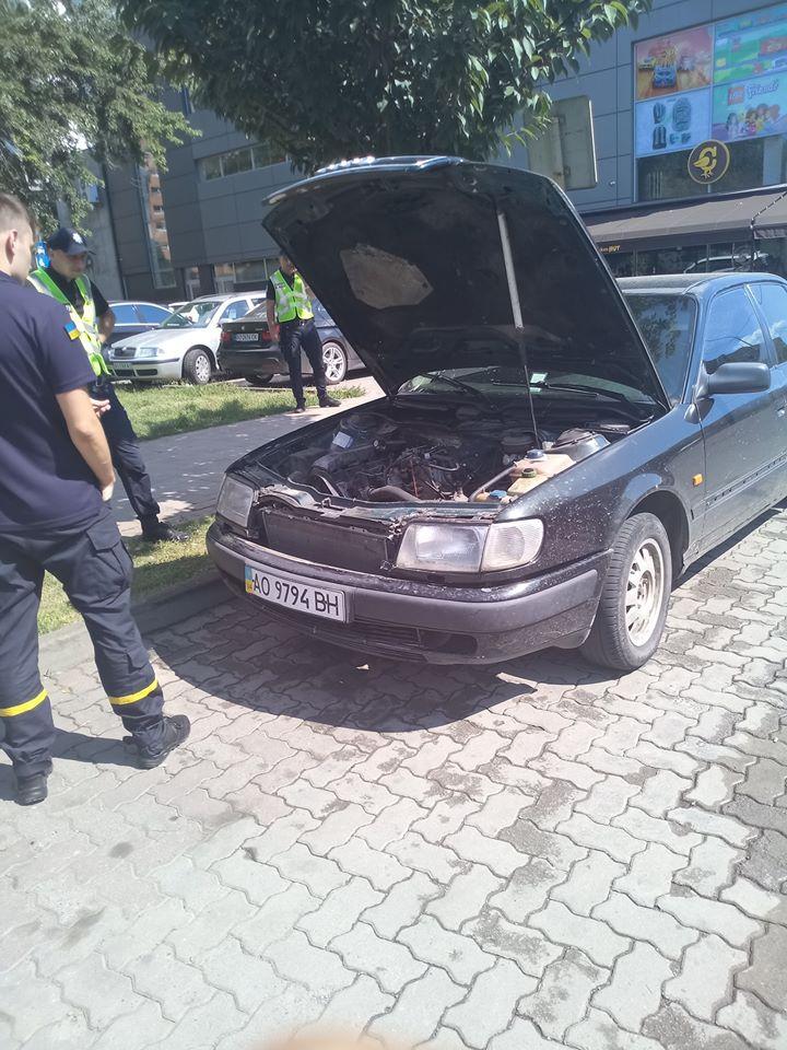 Перехожі помітили дим з-під капоту припаркованого автомобіля Audi.