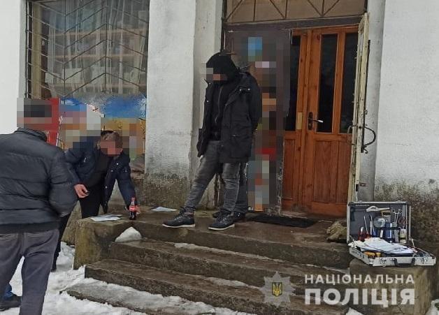 Співробітники поліції Перечина викрили на збуті психотропних речовин жителя села Раково. Чоловіка затримали «на гарячому» безпосередньо під час продажу наркотику.
