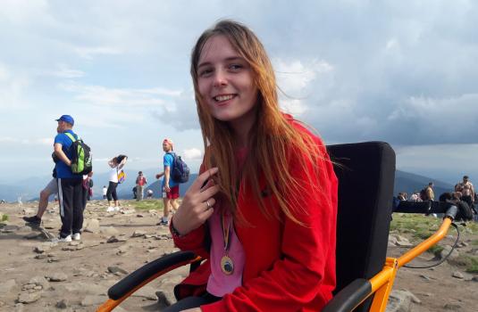 19-летняя девушка на инвалидной коляске покорила Говерлу в День независимости / ВИДЕО