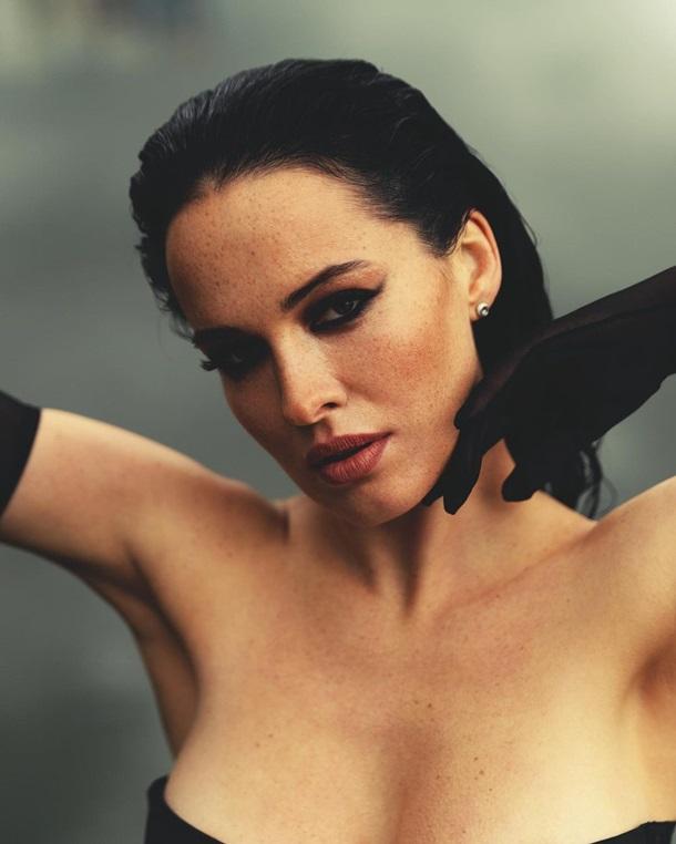 Українська зірка Playboy представила вражаючі результати фотозйомки біля водойми в пікантному вбранні.