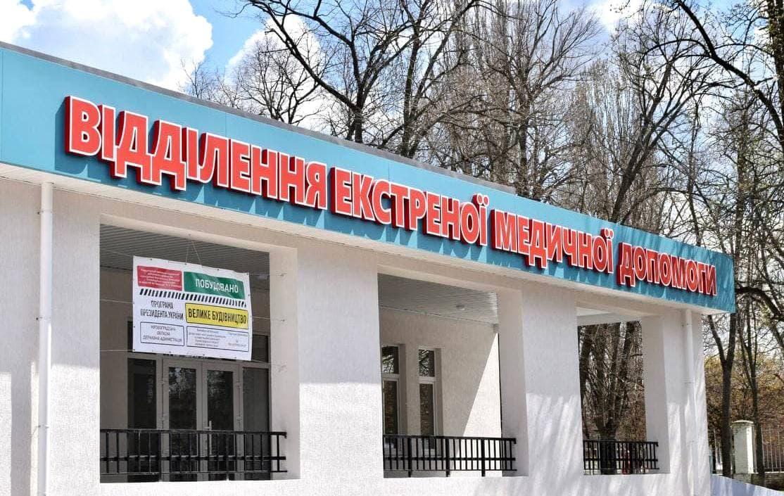 У щойновідремонтованій Воловецькій районній лікарні депутатів очікував сюрприз - грибок на потріскавшихся стінах.