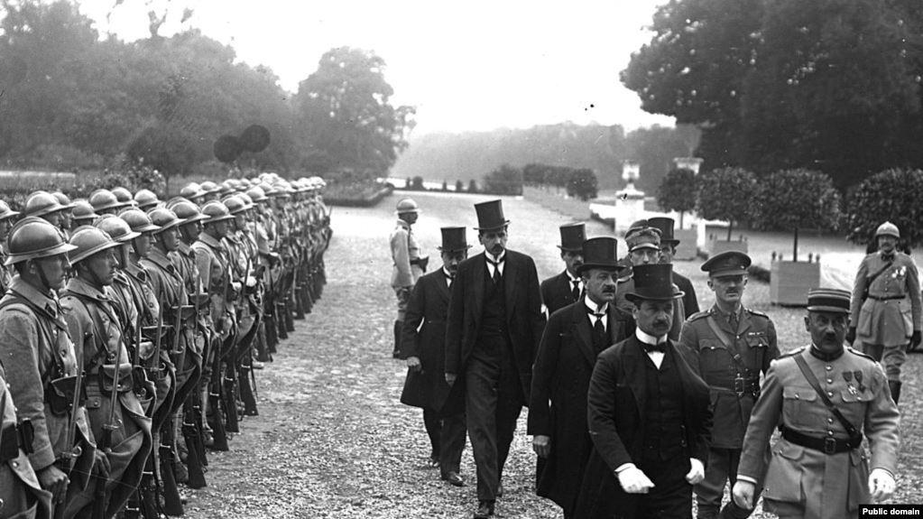 Внаслідок підписання Тріанонського договору у Парижі 4 червня 1920 року, колишня Угорщина втратила після Першої світової війни дві третини своїх територій, у тому числі Закарпаття.