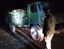 """Стражі кордону затримали на околиці села Гусне завантажений кругляком деревини """"ГАЗ-66"""""""