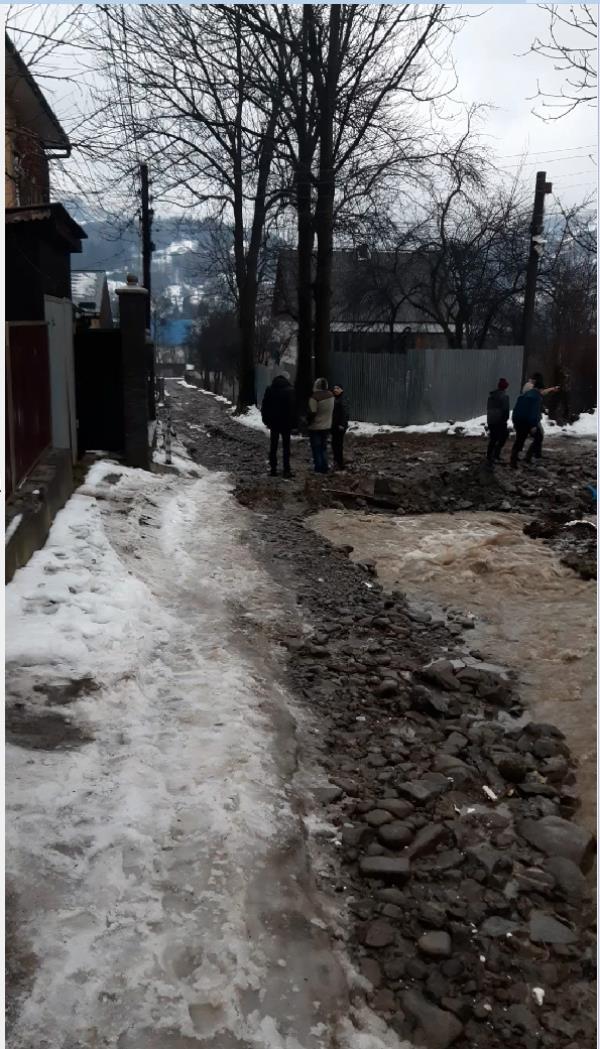 Сьогодні зранку у Дубовому, в урочищі Цупор, внаслідок інтенсивних дощів вийшов з берегів гірський потічок та зруйнував частину вулиці І.Чендея.