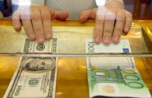 Курс долара продовжує знижуватися в той час, як євро відіграв 19 копійок порівняно з попереднім днем.