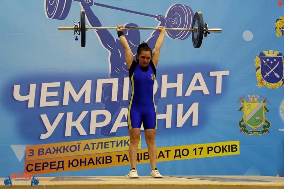 16-річна Світлана Товт гідно представила Закарпаття на загальнонаціональних змаганнях із важкої атлетики.