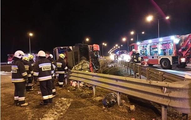 Кількість жертв аварії в Підкарпатському воєводстві Польщі зросла до шести - один з постраждалих помер у лікарні.
