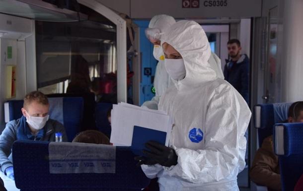 Українці продовжують повертатися на батьківщину літаками і поїздами. Пасажирам міряють температуру, і інформують їх про необхідність самоізоляції.