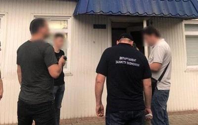 Фігуранти вимагали хабарі в іноземців, які ввозили в Україну терміном до одного року авто на єврономерах без проходження огляду.