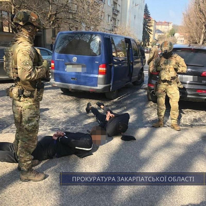 Прокуратурою Закарпатської області затверджено і скеровано до суду обвинувальний акт стосовно чотирьох учасників злочинної групи, які займались вимаганням коштів.