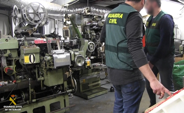 Поліція Іспанії врятувала шістьох громадян України і Литви, які ледь не задихнулися на підземній фермі з вирощування канабісу та фабриці з виробництва підроблених тютюнових виробів.