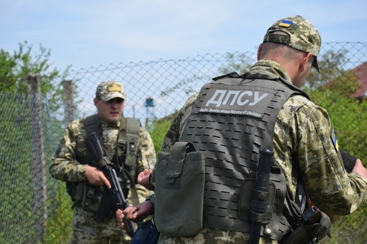 Прикордонний наряд відділення «Яблунівка» Мукачівського загону під час патрулювання українсько-румунського кордону помітив рух автомобіля в бік держрубежу.