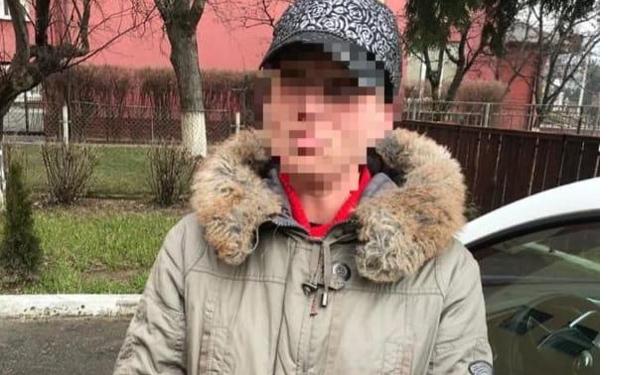 Ранее был задержан 37-летний житель Ужгорода, скрывавшийся от судебных органов. Эта женщина обвиняется в совершении серии краж.