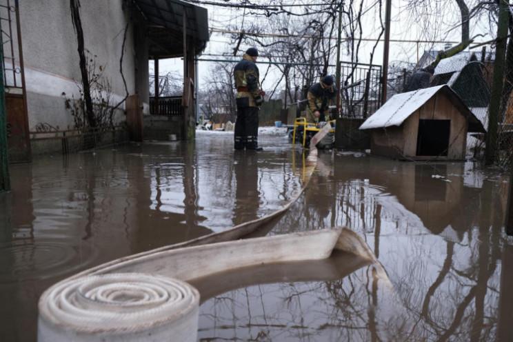 Дощі та захаращеність зливових канав призвели до підтоплень.