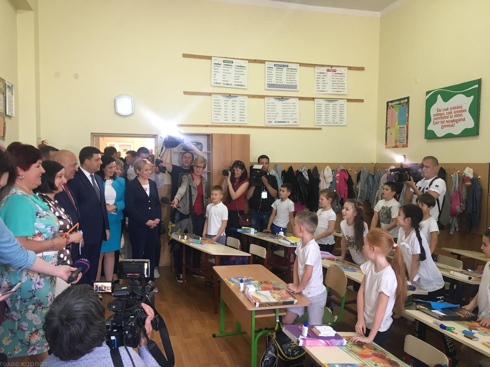 Йовнопот ківанок: Володимир Гройсман привітався з учнями ЗОШ №10 угорською мовою (ВІДЕО)