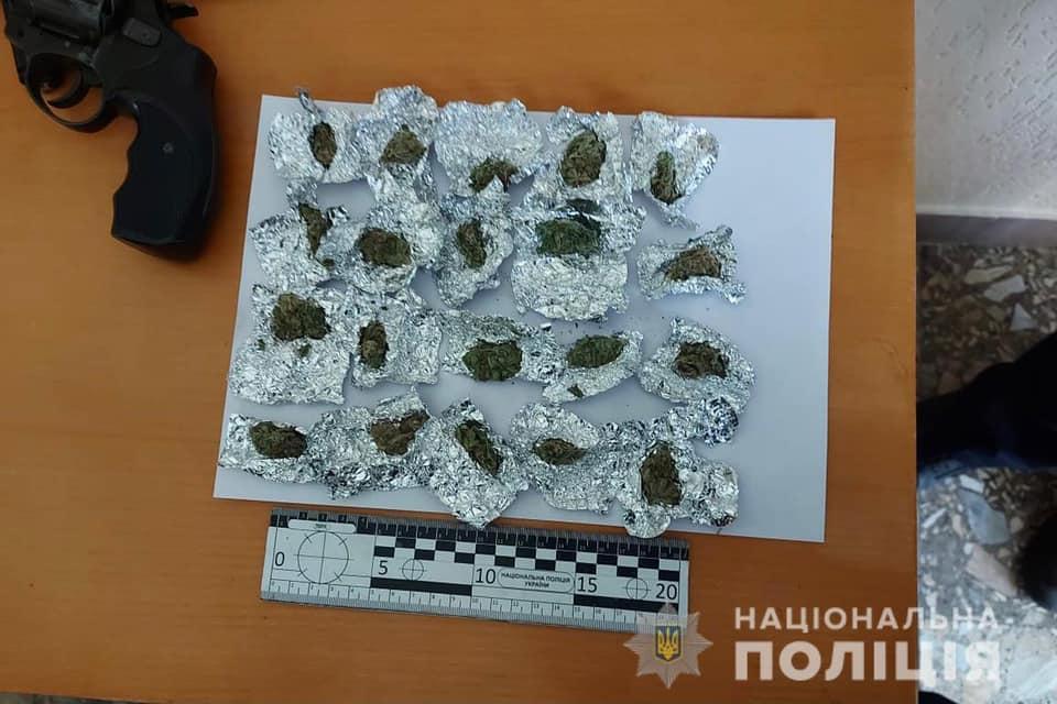 Співробітники поліції Ужгорода отримали оперативну інформацію, що 24-річний житель Дніпропетровської області може бути причетним до розповсюдження наркотичних речовин на території Ужгорода.