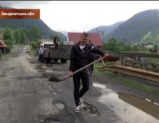 Дістало: люди взялись самотужки ремонтувати найгіршу дорогу на Закарпатті