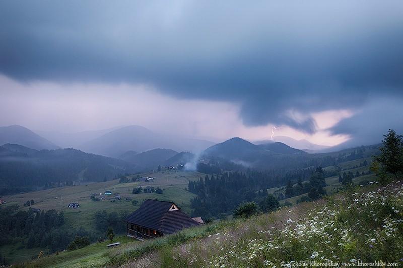 На Закарпатті в горах проллються грози. Оголошено штормове попередження.