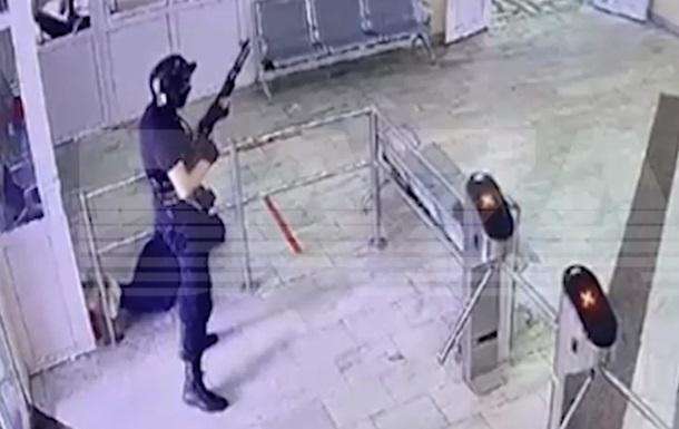 На ролику, записаному камерою спостереження, відображена поява вбивці в холі університету та його перші вбивства.
