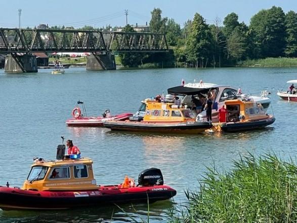 Вертоліт з українцями на борту впав в озеро Талти в Вармінсько-Мазурському воєводстві в північно-східній частині Польщі, трьох людей врятували і доставили в лікарню.