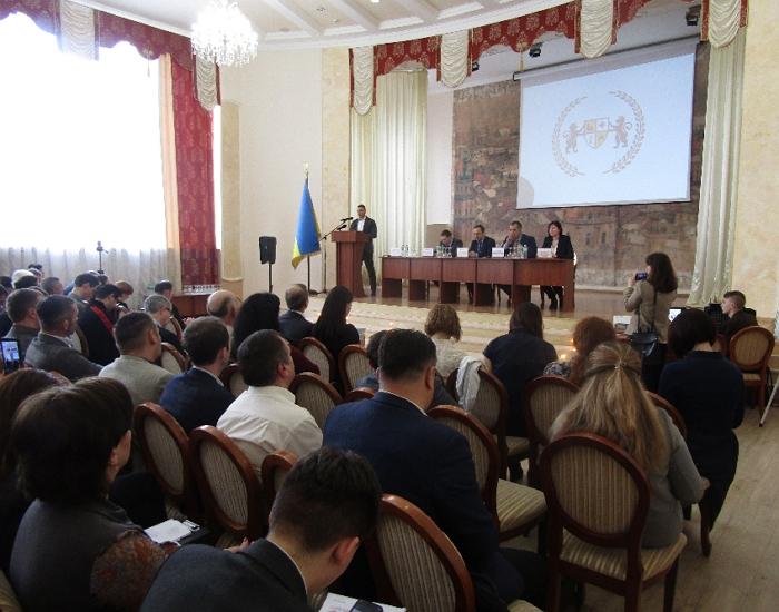 Захід у Львові відбувається у рамках циклу публічних регіональних консультацій «Через консенсус – до змін у Конституції у частині децентралізації».