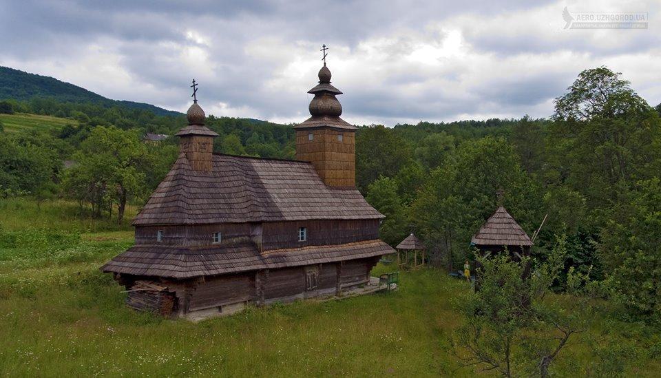 Вражає! Дерев'яну церкву в селі Буківцьово показали з висоти пташиного польоту