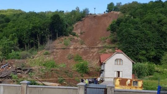 Зсув на Мукачівщині: жінка розповіла, як рятувалася з будинку із дитиною (ВІДЕО)