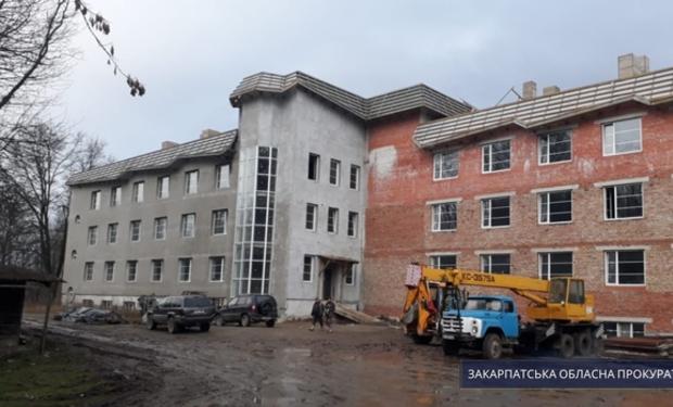 Колишній керівник приватної фірми, яка займалася будівництвом туберкульозної лікарні ОКТМО «Фтизіатрія» у Нижній Апші, підозрюється у привласненні коштів під час будівництва лікарні.