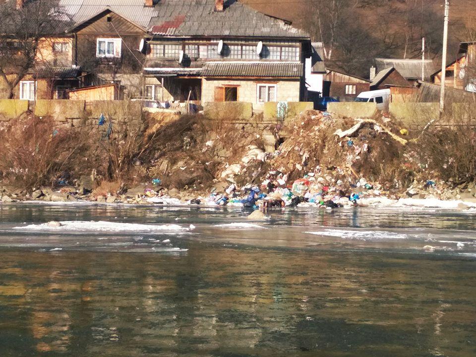 Величезна кількість відходів вкрила береги Тиси.