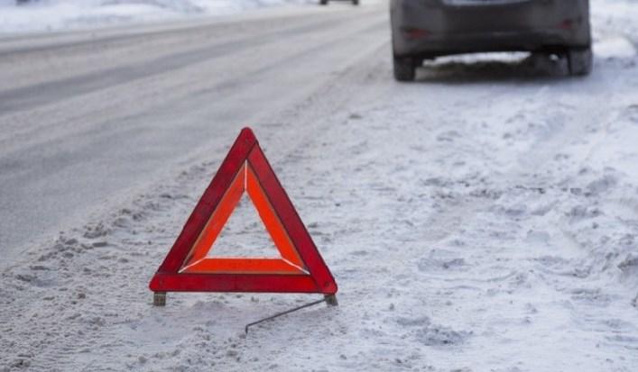 На автодорозі «Мукачево - Рогатин» водій автомобіля марки «ВАЗ - 2108», не впоравшись з керуванням, допустив зіткнення з автокраном. 50-річна пасажирка легковика померла у лікарні.