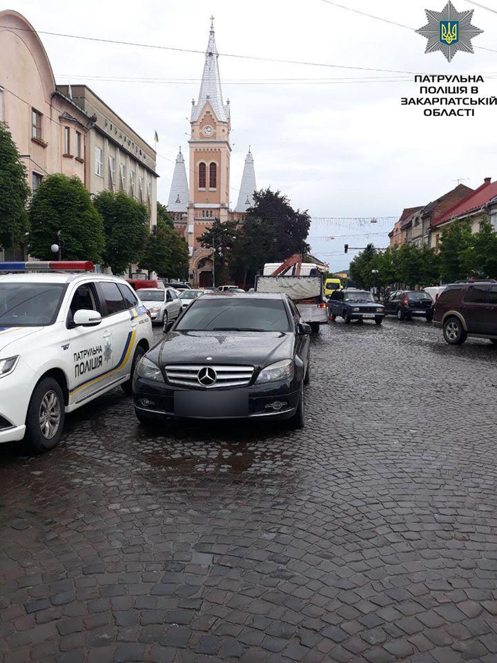 В центрі Мукачева виявили Mercedes, який перебуває у розшуку (ФОТО)