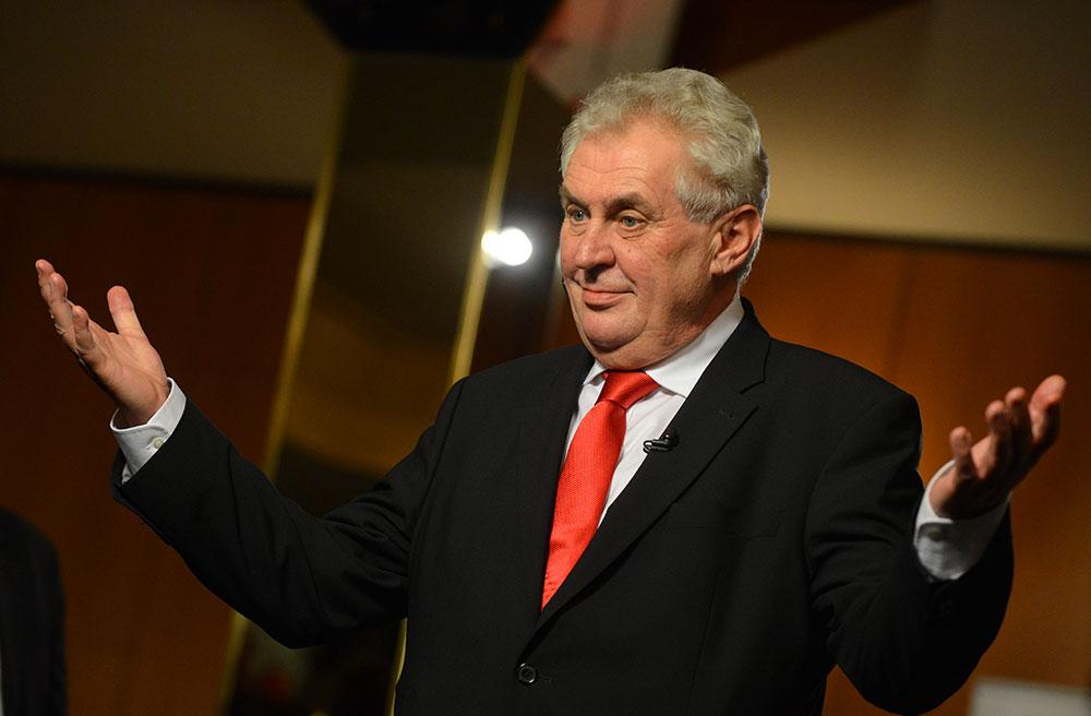 Президент Чехії Мілош Земан відмовився підписувати урядове подання на заміну кандидатури міністра культури, що може спричинити вихід з коаліції соціал-демократів.