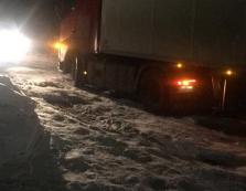На Виноградівщині фури застрягають посеред дороги: утворився затор (ВІДЕО)