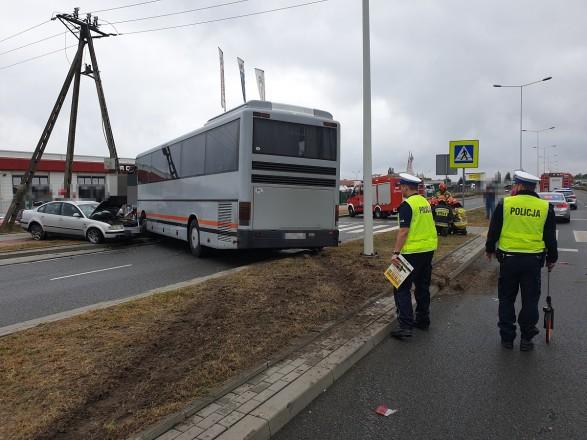 У місті Влоцлавек (Польща) зіткнулися пасажирський автобус і легковий автомобіль, внаслідок чого двоє людей потрапили до лікарні.
