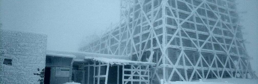 Як повідомили рятувальники, які дислокуються на горі Піп Іван Чорногірський, зараз на вершині шторм, обмежена видимість.