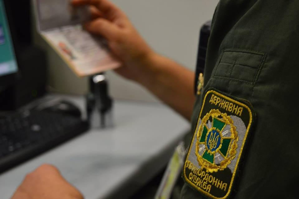 Сьогодні зранку під час паспортного контролю пасажирів мікроавтобуса «Dodge», який прямував на виїзд з України, у прикордонного наряду виникли сумніви в законності видачі одного з документів.