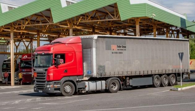Вантажні перевізники, які прямують через Угорщину в Україну, мають рухатися виключно через пункт пропуску «Тиса».