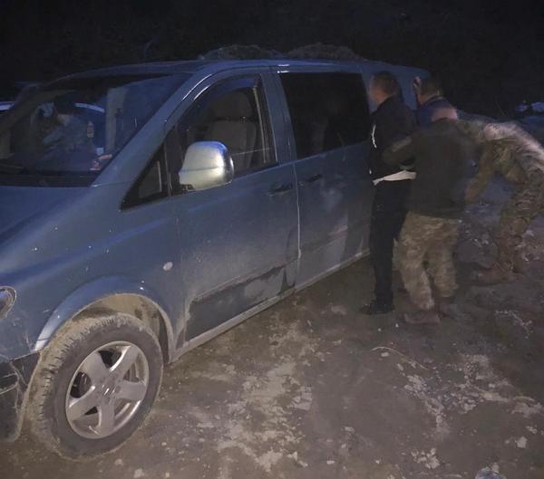 В пятницу вечером пограничники Мукачевского отряда в ходе реализации информации, поступившей от сотрудников оперативно-розыскного отдела, задержали 2-х табачных контрабандистов.