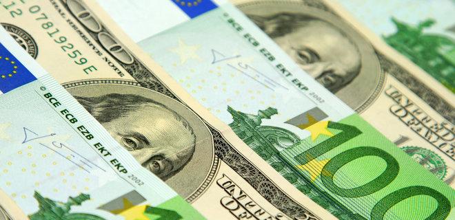 В офіційних курсах НБУ гривня опустилася лише на пару копійок по відношенню до долара і євро. На міжбанку падіння було відчутнішим.