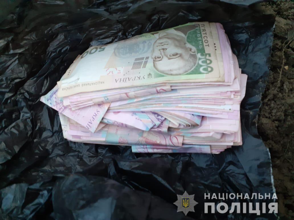 Злочинець проник до будинку виноградівки та викрав звідти значну суму грошей.