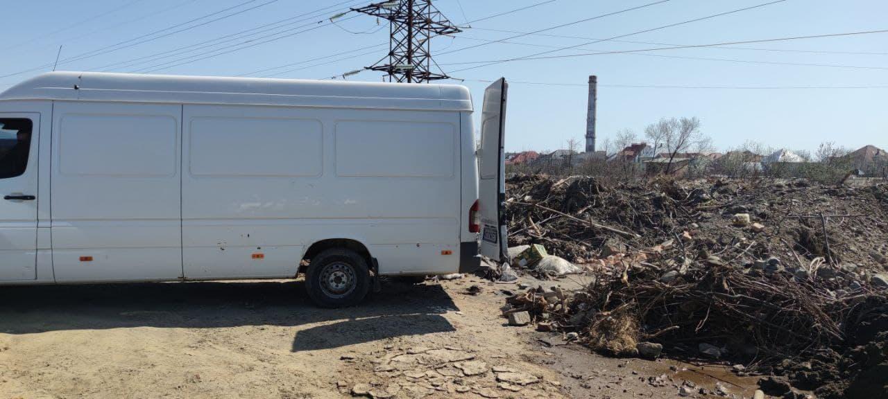 У Мукачеві після посилення патрулювання околицями міста у вечірній час, інспекторами знову склали протокол за складування відходів у невстановленому місці.