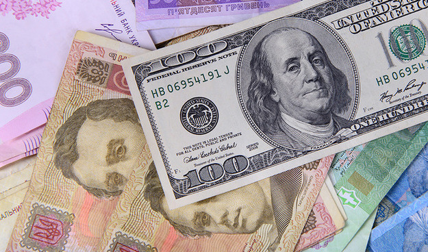 Курс долара на міжбанку в продажу зріс на 22 копійки - до 26,74 грн / долар, курс у покупці піднявся на 21 копійку - до 26,70 грн / долар.