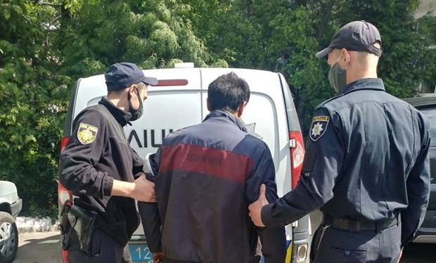 21 травня на оперативну лінію 102 звернувся 56-річний мешканець Львова. Чоловік повідомив, що поблизу Головного залізничного вокзалу невідомий побив його, відібрав гроші, після чого втік.