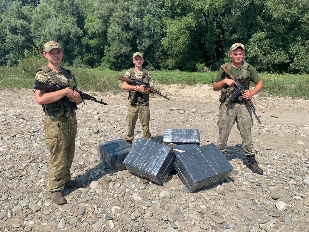 Впродовж минулої доби прикордонники Мукачівського загону завадили двом спробам незаконного переміщення сигарет через кордон.