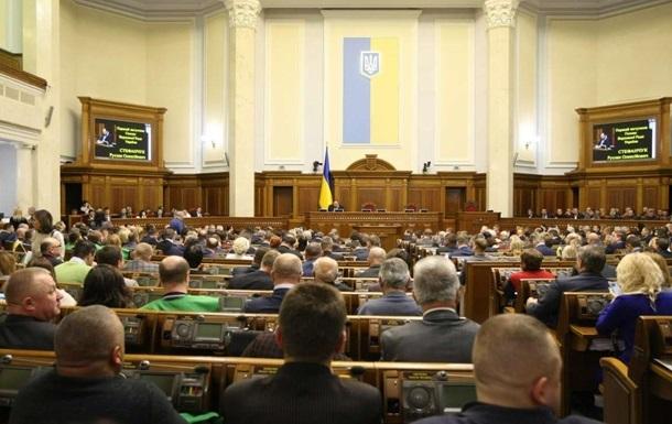 Роботу парламенту перервали, щоб провести позачергове засідання аграрного комітету. Біля будівлі Ради мітингують кілька тисяч осіб.