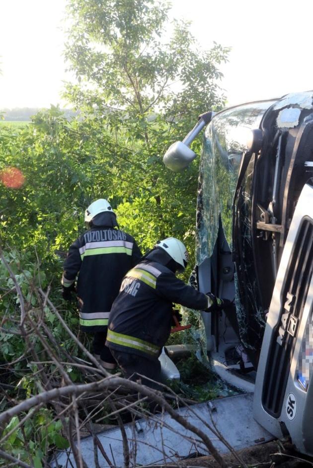 У результаті зіткнення пасажирського автобуса з автомобілем на північному сході Угорщини постраждали 10 дітей та троє дорослих.