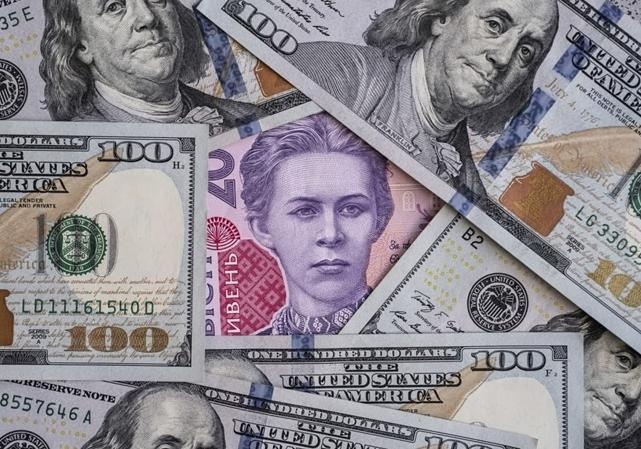 Найбільше подорожчав долар: на 9 копійок у курсах НБУ і на 6 копійок на міжбанку. Євро піднявся всього на кілька копійок.