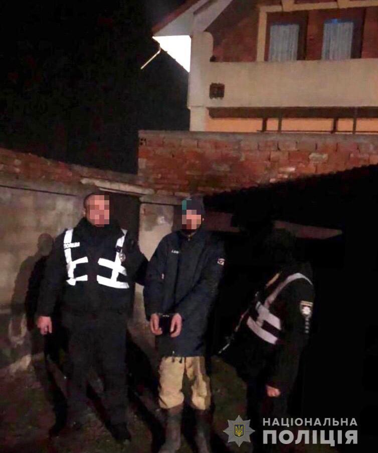 У селі Ракошино невідомий чоловік вночі незаконно проник до житлового будинку. На місці події його спіймали поліцейські. За фактом порушення недоторканості житла розпочато слідство.