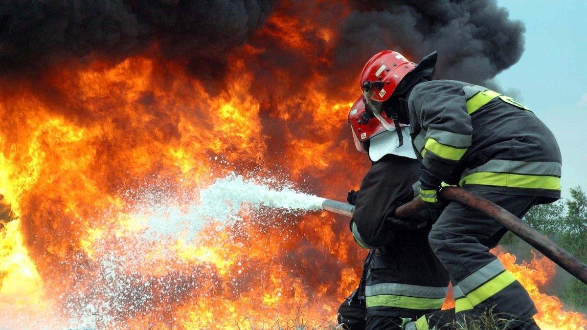 Пожежа відбулася 25 лютого, о 23:30, в металевому ангарі (свинокомплексі) за адресою: місто Мукачево, вул. Пряшівська об'їзна.
