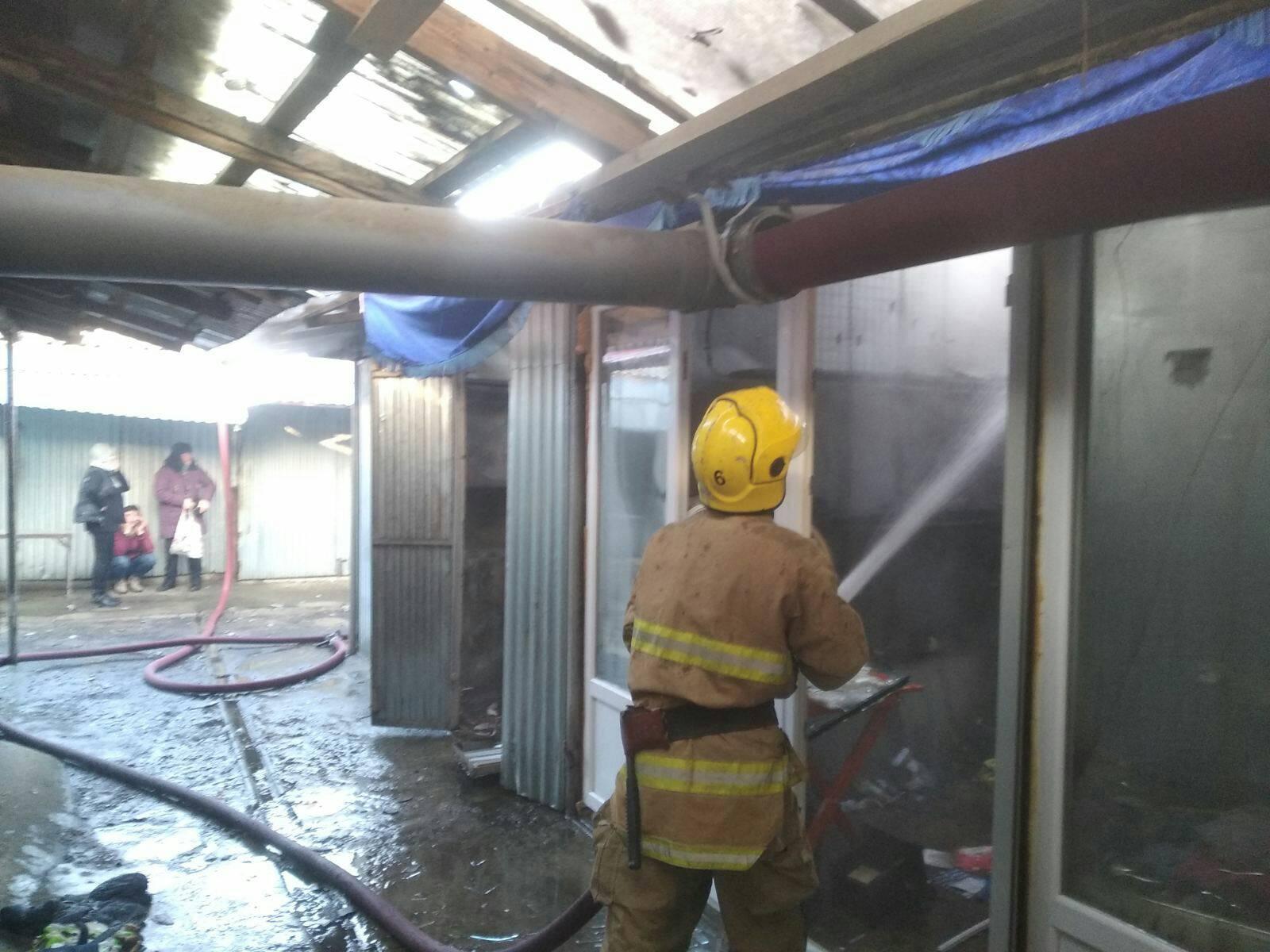Виноградівські вогнеборці приборкали пожежу на ринку.